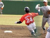丸山選手2塁へスライディング
