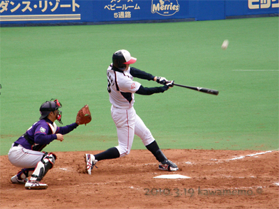 佐々木勉選手が外野フライ