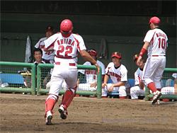 打球を追う椎葉