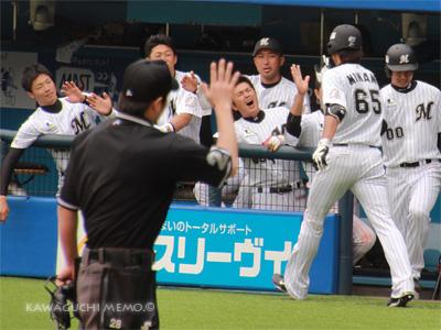 牧田さんもハイタッチ要求